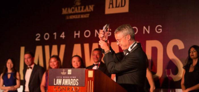 """Ông Jean-Francois Harvey nhận giải thưởng """"Công ty Luật Di trú của năm"""" tại lễ trao giải Luật Thường niên tại Hong Kong."""
