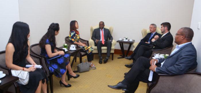 Ông Jean-Francois Harvey và Thủ tướng Roosevelt Skerrit Quốc gia Thịnh Vượng Chung Dominica.