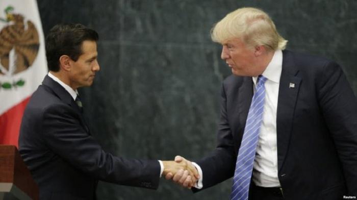 Ngày 31-8, Donald Trump có chuy¿n thm chÛp nhoáng ¿n Mexico theo lÝi mÝi cça TÕng thÑng Mexico Enrique Peña Nieto (£nh). R¥t nhiÁu ng°Ýi dân Mexico ã xuÑng °Ýng biÃu tình ph£n Ñi cuÙc vi¿ng thm. Lúc trß vÁ, Trump nói Mexico s½ chi tr£ viÇc xây béc t°Ýng. MÙt tu§n sau, ngày 6-9, ông Nieto ã ch¥p nhn ¡n të chéc cça BÙ tr°ßng Tài chính Luis Videgaray, ây là nhân vt °ãc cho là có liên quan viÇc s¯p x¿p à Trump vi¿ng thm n°Ûc này.